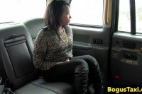Ebony hottie gives cabbie head